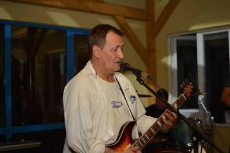 """Der Neonazi Mario Müller spielt Gitarre und singt in der Coverband """"Unverwundbar""""."""