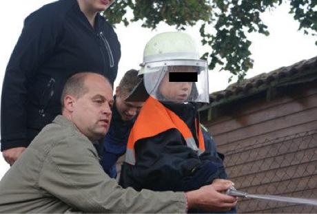 Der nette Nachbar von nebenan? Klaus Beier setzt sich für den Wahlkampf selbst mit den Kleinsten in Pose. Hier auf einem Dorffest in Görsdorf am 27. August 2011.